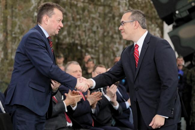 Министр национальной обороны Польши Мариуш Блащак (слева) и заместитель главы программы ракет в американской военно-промышленной корпорации Lockheed Martin Corporation Джей Питман (справа)