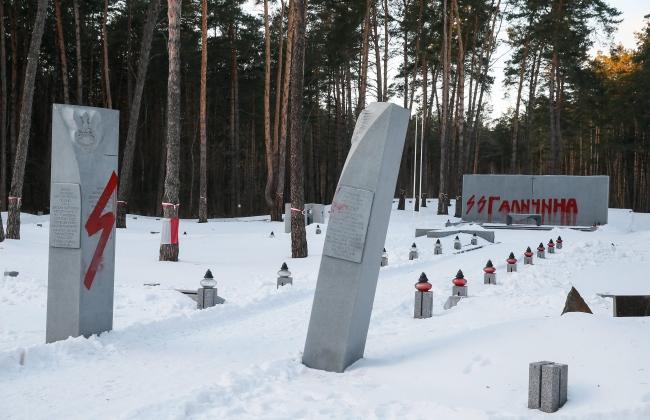Биківнянський меморіал після дії вандалів, 25 січня 2017 року