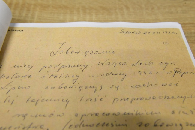 Handwritten collaboration note signed 'Lech Wałęsa'. Photo: PAP/Jacek Turczyk