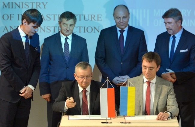 Poland's Adamczyk (seated left) and Ukraine's Omelyan (seated right) sign the document on Sunday. Photo: PAP/Darek Delmanowicz