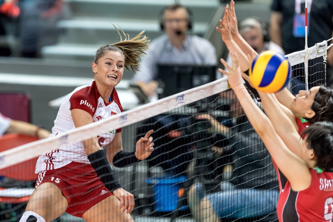 Poland's Martyna Grejber (L) and Japan's Shimamura Haruyo (R) in Monday's Nations League game in Wałbrzych. Photo: PAP/Maciej Kulczyński