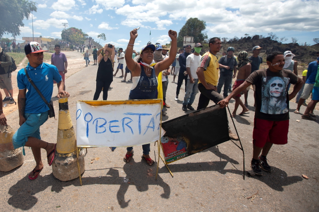 Венесуэльцы противостоят полиции Национальной гвардии на границе Бразилии и Венесуэлы