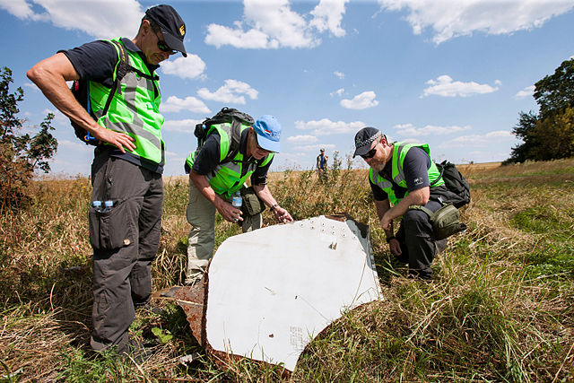 Investigation of the MH-17 crash site by Dutch and Australian police officers. Photo: Ministerie van Defensie/Wikimedia Commons (CC0)