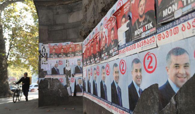 Плакаты на улицах Тбилиси к президентским выборам в Грузии