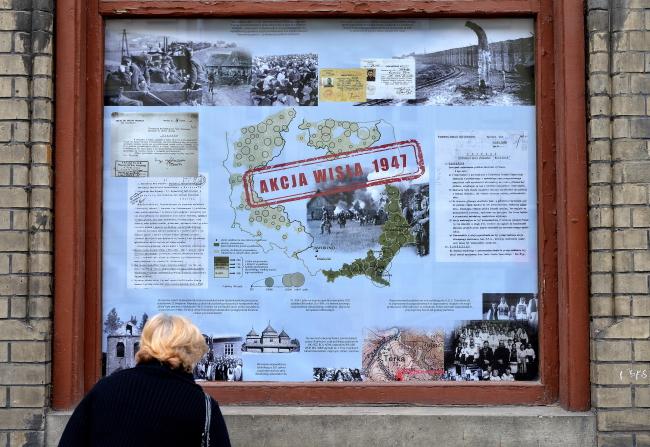 Виставка у вікні Народного дому в Перемишлі, присвячена операції «Вісла»