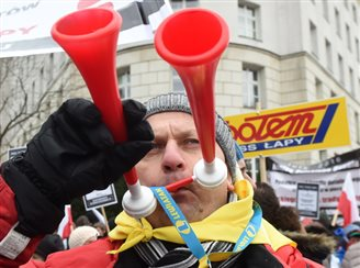 Thousands of shopkeepers protest retail tax in Warsaw
