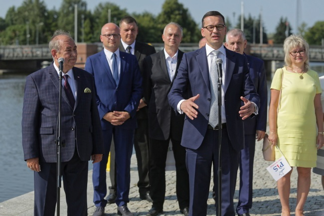 Prime Minister Mateusz Morawiecki briefs reporters during a visit to the northern town of Elbląg on Thursday. Photo: PAP/Tomasz Waszczuk