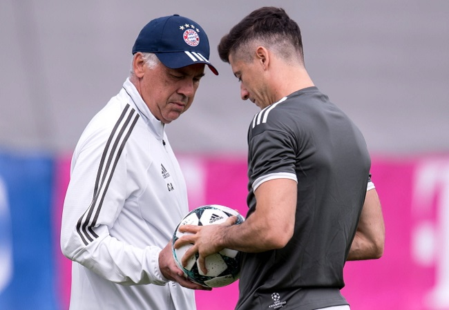 Bayern Munich's Robert Lewandowski (right) and coach Carlo Ancelotti during training ahead of the team's Champions League encounter with Anderlecht. Photo: PAP/DPA/Sven Hoppe