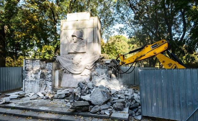 Демонтаж памятника Благодарности cоветской армии в Скарышевском парке