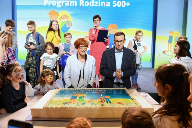 "Prime Minister Mateusz Morawiecki (right) and Family, Labour and Social Policy Minister Elżbieta Rafalska (left) attend an event promoting the ""Family 500+"" programme, in the eastern town of Puławy on Sunday. Photo: PAP/Wojciech Pacewicz"