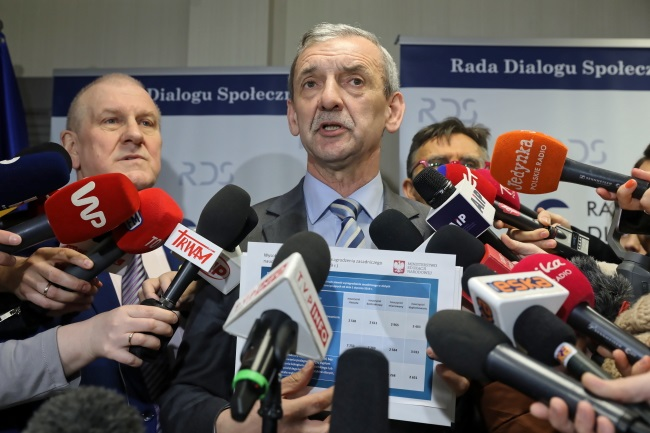 Sławomir Broniarz, head of the Polish Teachers' Union (ZNP), speaks at a news conference in Warsaw on Monday. Photo: PAP/Tomasz Gzell