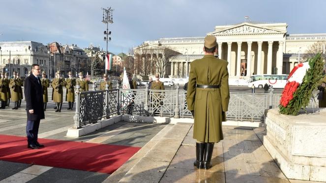 Прем'єр-міністр Польщі Матеуш Моравєцький кладе квіти до Пам'ятника Тисячоліттю у Будапешті