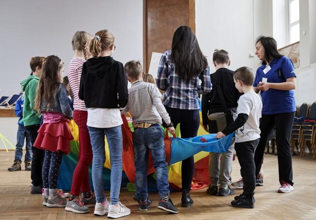 Діти працівників Маршалковського управління Поморського воєводства в Ґданську під час страйку вчителів проводять час у залі цієї установи, 9 квітня 2019 року