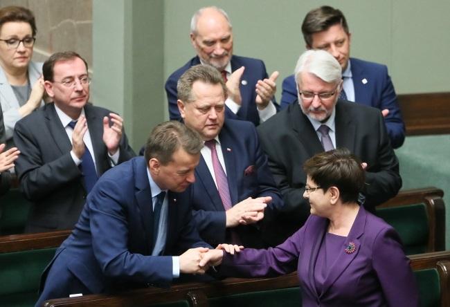 Mariusz Błaszczak (left) and PM Beata Szydło (right) in parliament. Photo: PAP/Paweł Supernak