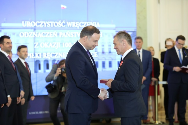 President Andrzej Duda (left) presents a state award to Bogdan Zajączkowski (right), a former head coach of the Polish men's national handball team, during a ceremony at the Presidential Palace in Warsaw on Friday. Photo: PAP/Leszek Szymański