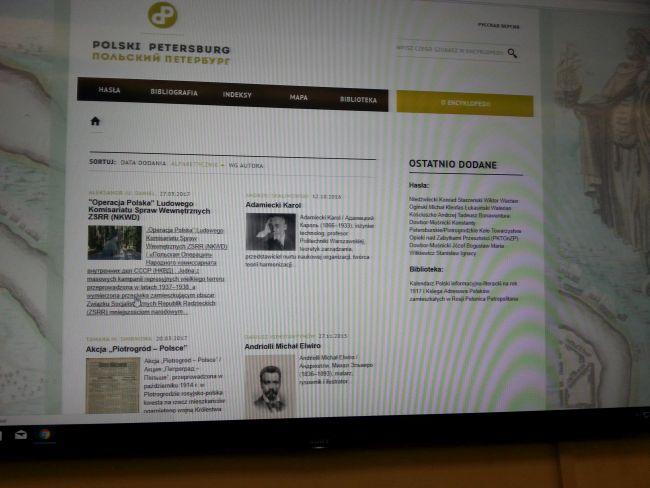 """Фрагмент интернет- энциклопедии """"Польский Петербург"""" - презентация на экране в Варшавском университете."""