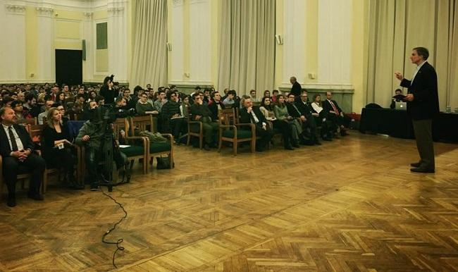 Ambassador Jones speaking to students in Warsaw. Photo: Facebook.com/U.S. Embassy Warsaw