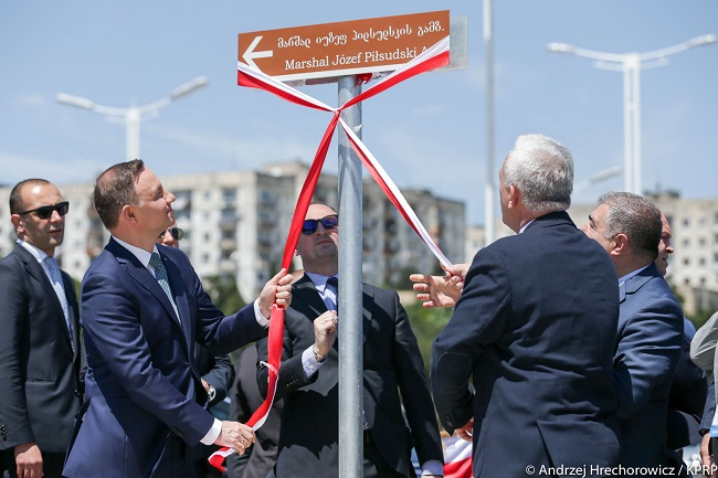 Polish President Andrzej Duda (2L) opening the road dedicated to Piłsudski. Photo: KPRP