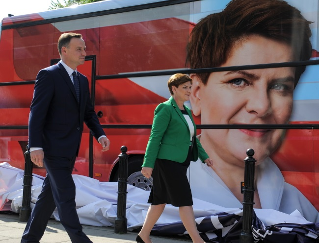 Andrzej Duda (L) and Beata Szydło (R) next to the renamed PiS campaign bus. Photo: PAP