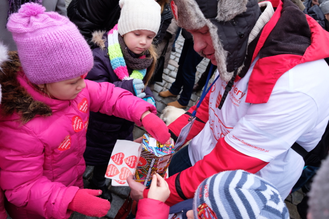 Volunteers armed with WOŚP boxes and sticker hearts collect money for medical equipment. Photo: PAP/Jakub Kaczmarczyk.