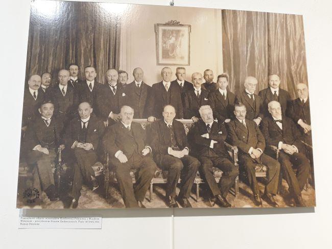 Экспонат выставки «Версальский договор - 28 июня 1919» - копия памятной общей фотографии участников Мирной конференции в Париже с Вудро Вильсоном.