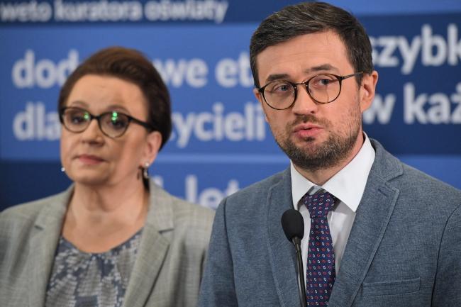 Министр Национального образования Польши Анна Залевская (слева) и председатель Центральной экзаменационной комиссии Марцин Смолик (справа) на пресс-конференции