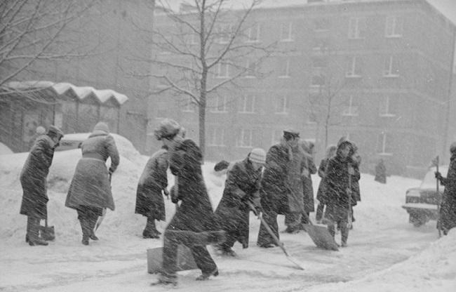 Жыхары Варшавы расчышчаюць вуліцы гораду