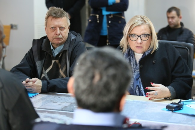 Poland's minister for humanitarian aid, Beata Kempa (right), and the country's ambassador to Jordan, Andrzej Świeżaczyński (left), confer with officials managing a refugee camp in Zaatari, northern Jordan, on Monday. Photo: PAP/Leszek Szymański