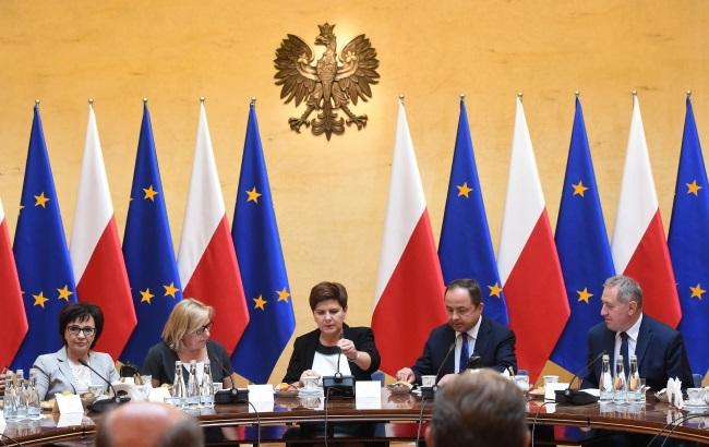 PM Beata Szydło (centre) at Monday's talks. Photo: PAP/Radek Pietruszka