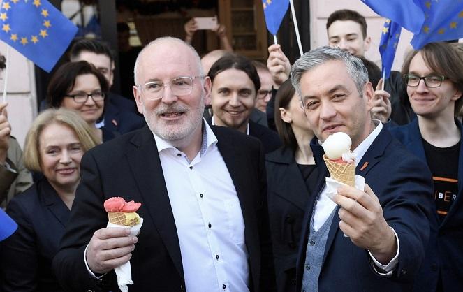 "Вице-председатель ЕК Фрнас Тиммерманс и лидер партии ""Весна"" Роберт Бедронь."