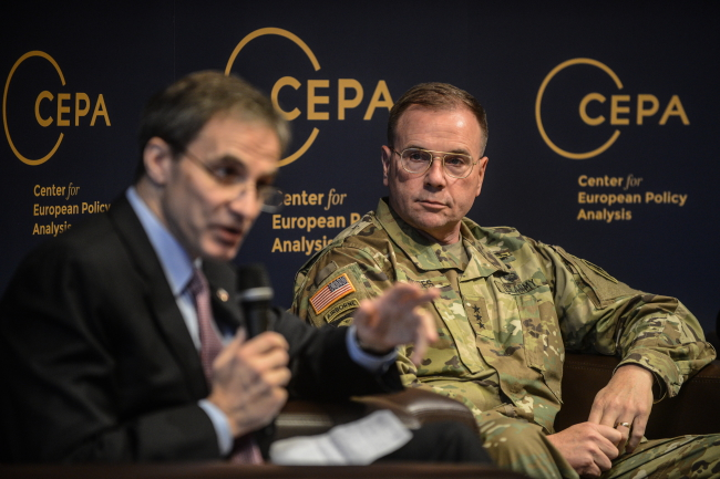Lt. Gen Hodges (R) and US Ambassador to Poland Jones (L) led the conference. Photo: PAP/Jakub Kamiński
