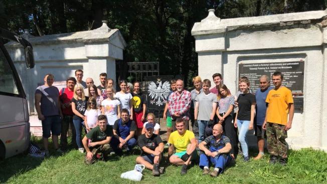 Młodzież z Wrocławia porządkuje cmentarz w Kołomyi
