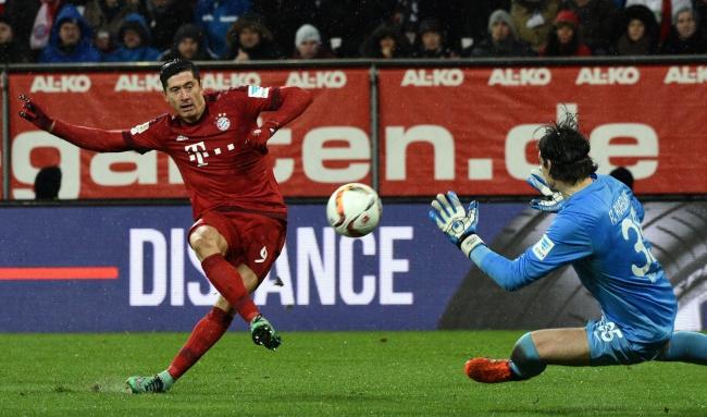 Robert Lewandowski scores during the German Bundesliga football match between FC Augsburg and Bayern Munich at the WWK-Arena in Augsburg, Germany, 14 February 2016. EPA/STEFAN PUCHNER