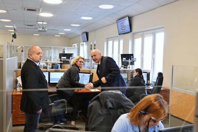 Министр внутренних дел и администрации Польши Йоахим Брудзиньский (третий слева) во время визита в Центр службы экстренной помощи в Радоме в Европейский день номера экстренной службы 112