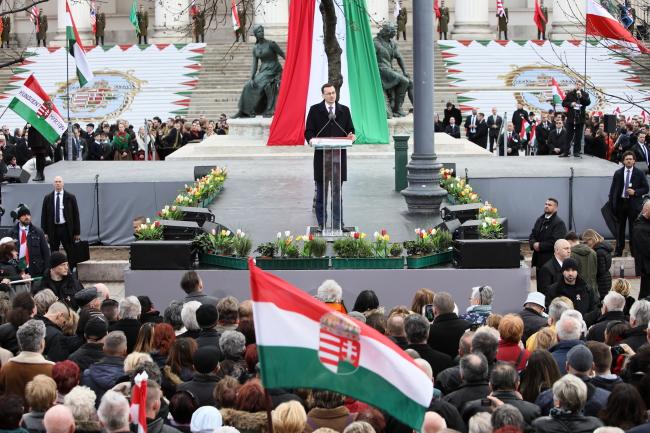 Премьер-министр Польши Матеуш Моравецкий (в центре) выступает во время празднования 171-й годовщины венгерского восстания