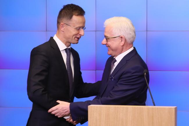 Министр иностраных дел Венгрии Питэр Сийярто (на фото слева) и министр иностранных дел Польши Яцек Чапутович.