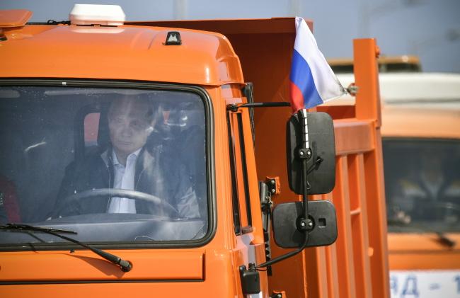 Владимир Путин за рулем КАМАЗа во время церемонии откртытия Крымского моста.