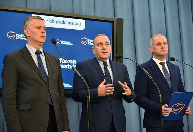 """Председатель """"Гражданской платформы"""" Гжегож Схетына (в центре) с коллегами по партии."""