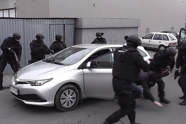 Counter-terrorism officers carry out the arrest in Rzeszów. Photo: KWP Rzeszów