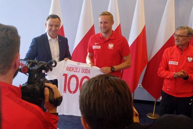 President Andrzej Duda (left), player Kamil Glik and Poland manager Adam Nawałka during the meeting on Wednesday. Photo: PAP/Kancelaria Prezydenta RP/Marcin Kędryna