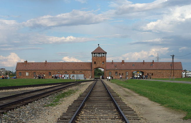 The entrance to the former death camp of Birkenau. Photo: wikipedia/A. Celedon