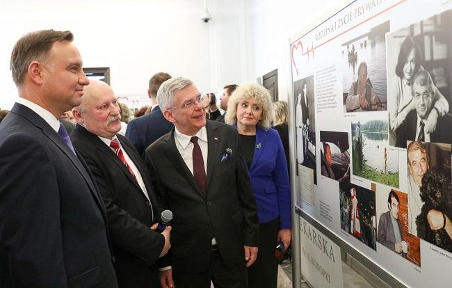 Президент Польши Анджей Дуда (слева) и спикер Сената Польши Станислав Карчевский (третий слева) на открытии выставки в Сенате, посвященной Збигневу Религе