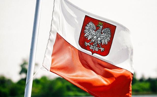 Флаг Польши, на котором изображен герб страны