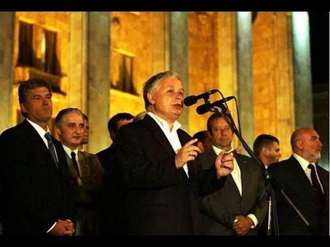 Президент Польши Лех Качиньский выступаетв Тбилиси перед собравшимися у здания парламента Грузии (2008 г.)