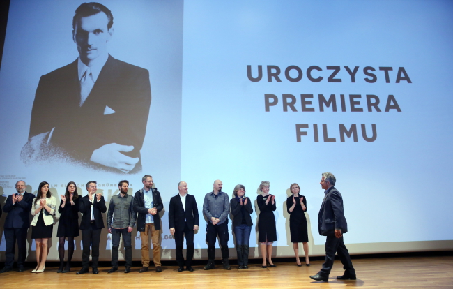 Director Sławomir Grunberg (R) and members of the crew during Thursday's premiere of 'Karski and the Lords of Humanity'. Photo: PAP/Tomasz Gzell