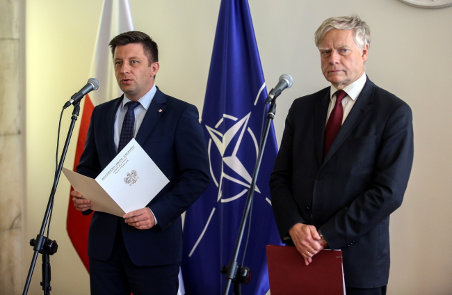 Віце-міністр національної оборони Міхал Дворчик (ліворуч) і віце-міністр науки та вищої освіти Алєксандер Бобко (праворуч)