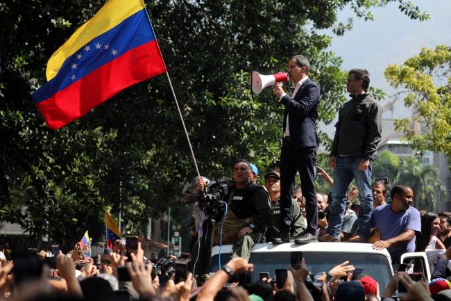 Хуан Гуайдо и оппозиционный деятель Леопольдо Лопес обращаются к участникам демонстрации в Каракасе