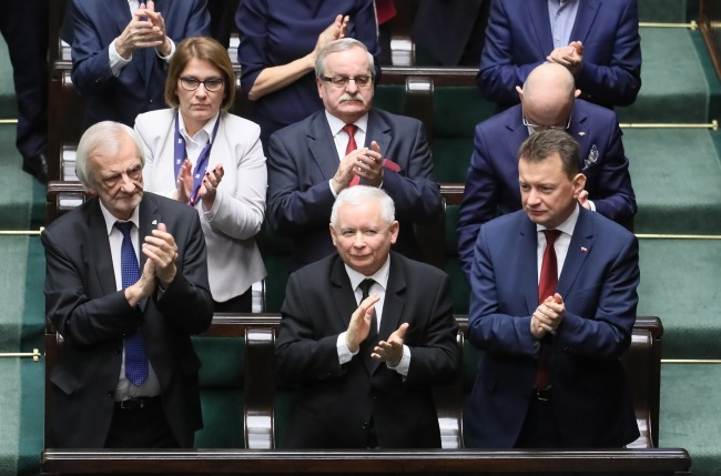 Deputy lower-house Speaker Ryszard Terlecki (left) pictured next to ruling party leader Jarosław Kaczyński (centre) in Poland's parliament. Photo: PAP/Paweł Supernak