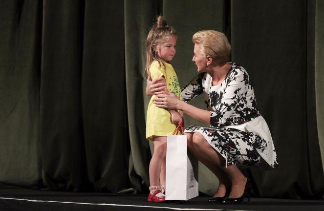 Аґата Корнгаузер-Дуда вручає подарунок дитині у Театрі імені Марії Заньковецької у Львові