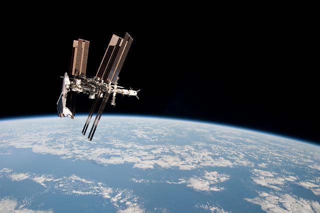 Space Station Over Earth (NASA, International Space Station, 05/23/11) Photo: Flickr.com/nasamarshall